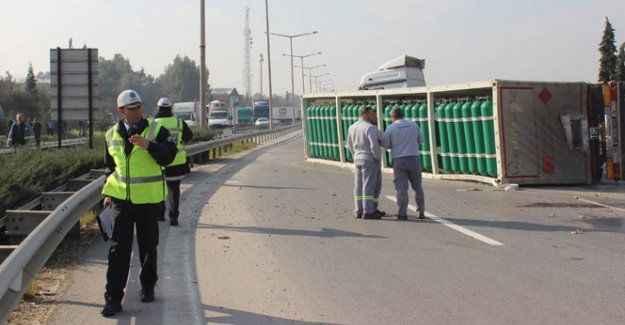 Oksijen yüklü TIR devrildi, yol trafiğe kapandı