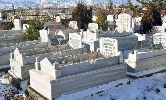 'Mezar taşındaki yazılar silinsin'
