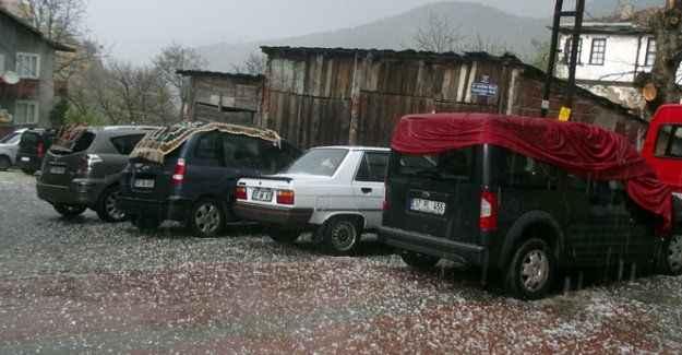 Araçlarını donmaktan battaniye ile korudular