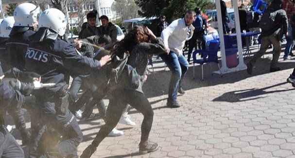 Afiş asan öğrencilere polisten gazlı müdahale