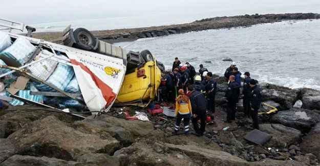 TIR, deniz kenarındaki kayalıklara uçtu: 1 ölü