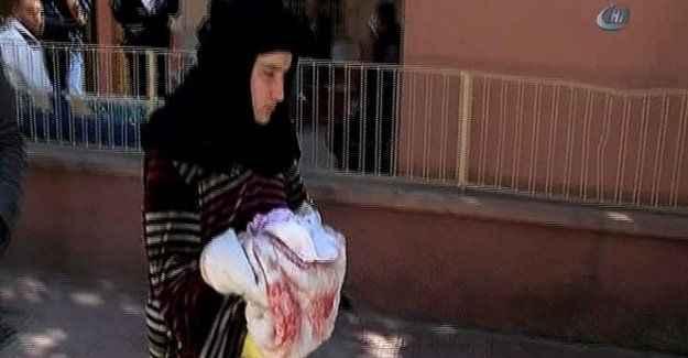 Ölen bebeğinin battaniyesine sarıldı