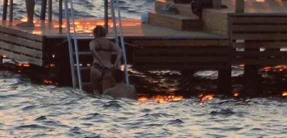 Ünlü oyuncu iç çamaşırıyla denize girdi