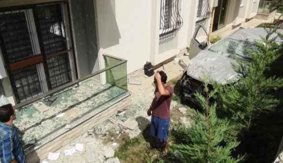 Freni boşalan kamyonet bahçe duvarını yıkıp binaya çarptı