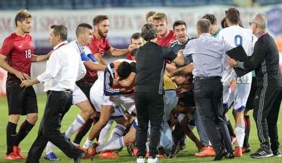 Türkiye - Güney Kıbrıs maçında saha karıştı