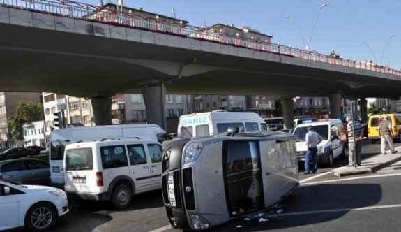 Hasta taşıyan taksi kaza yaptı, yol trafiğe kapandı