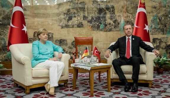 'Erdoğan'ın önünde diz çöktü'