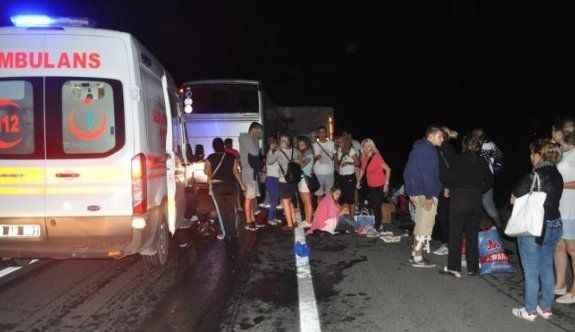 Tur otobüsü, TIR'a çarptı: 1 ölü, 38 yaralı