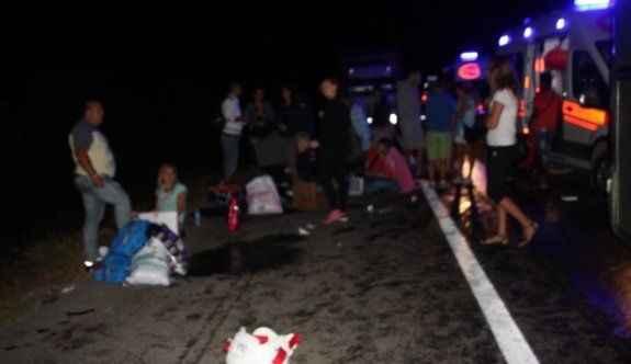 Turistleri taşıyan otobüs kamyona çarptı: 1 ölü 38 yaralı
