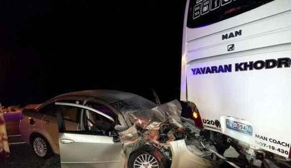 Yolcu otobüsüne arkadan çarpan otomobilde 1 ölü, 1 yaralı