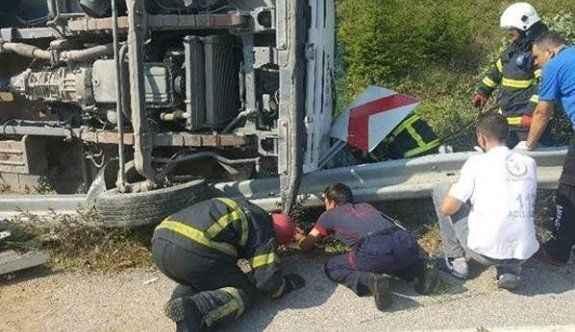Devrilen kamyonetin altında can pazarı: 2 ölü