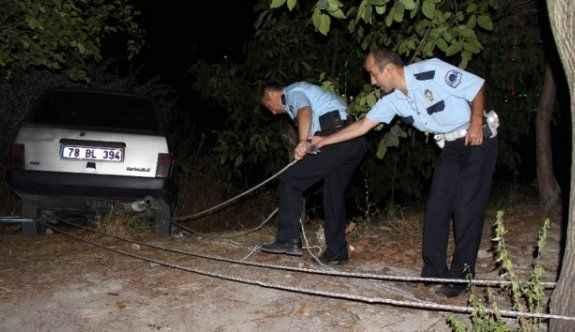 Otomobil iple lastiklerinden ağaca bağlanarak kurtarıldı