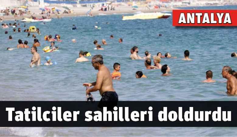 Tatilciler Antalya sahillerini doldurdu