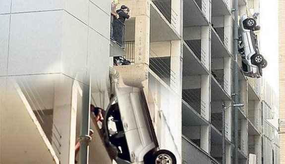 8. kattan uçan otomobil havada asılı kaldı