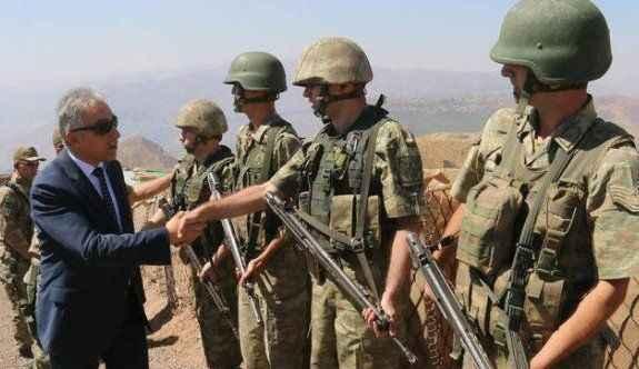 Vali sınırdaki askerlerle bayramlaştı
