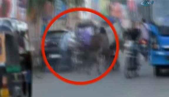 Boğaların arasında kalan motosikletli ağır yaralandı
