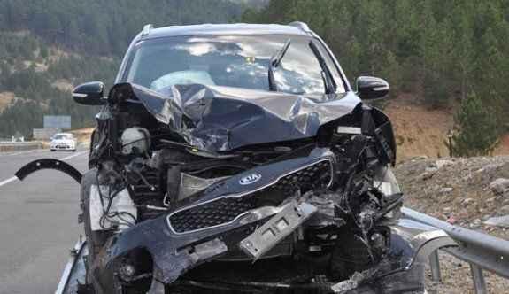 Antalya yolunca araçlar feci şekilde çarpıştı