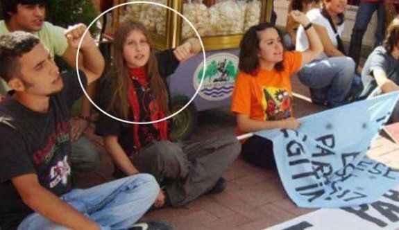 'Kırmızı fularlı kız'ın avukatı FETÖ'den tutuklandı