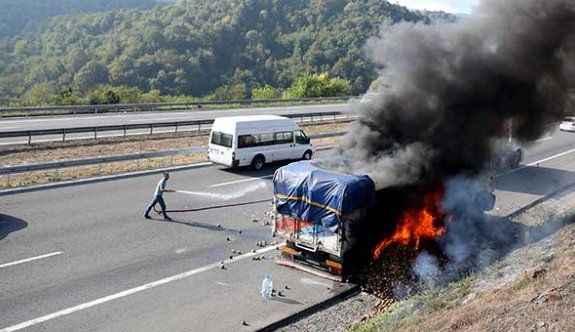 Kamyon alev alev yandı, TEM'de trafik durdu