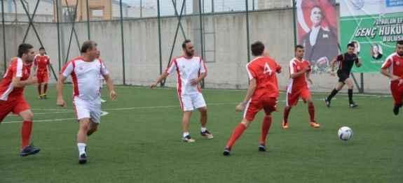 Futbolun efsaneleri mahkumlarla maç yaptı