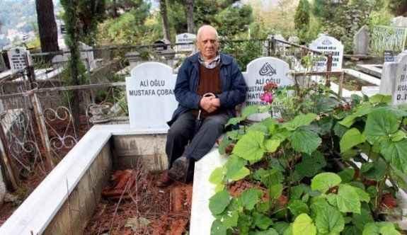 Ölmeden eşinin mezarının yanına mezarını yaptırdı
