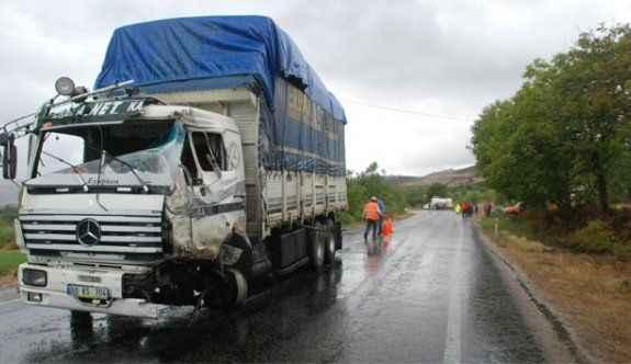 TIR'la kamyon çarpıştı: 2 yaralı