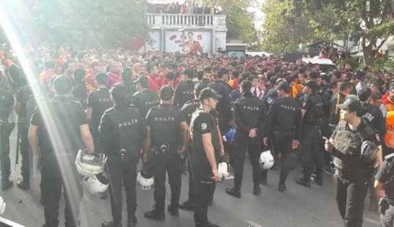 Galatasaraylı taraftarlar Taksim'de toplandı