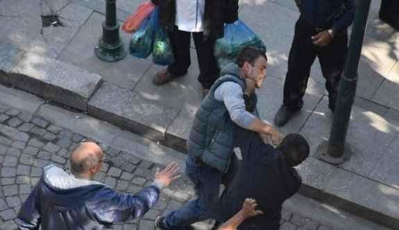 Taksici ile çarptığı yaya yol ortasında kavga etti