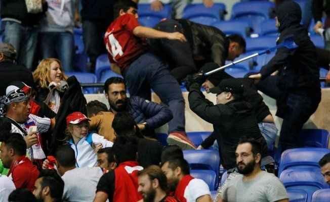 Lyon ile Beşiktaş maçı öncesi kavga çıktı! Taraftarlar sahaya indi