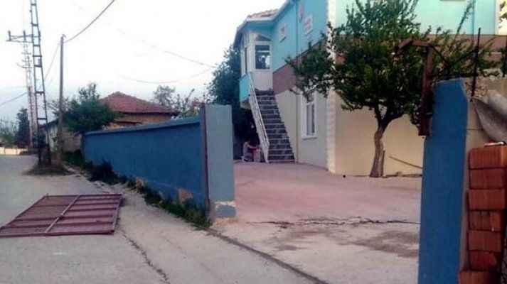 Üzerine demir kapı devrilen 3 yaşındaki Emir öldü