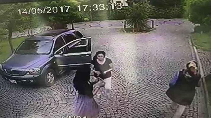 Ünlü futbolcunun eşinin şok eden görüntüsü! O saldırdı çocuk izledi
