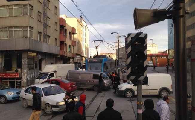 Tramvay kazası: Kadın metrelerce sürüklendi!