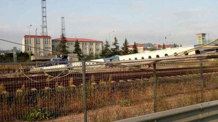 Sondaj makinesi tren yoluna devrildi, tüm seferler durdu