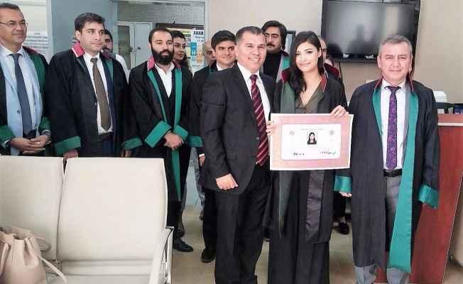 Alanya'da 4 stajyer avukatın sertifika sevinci