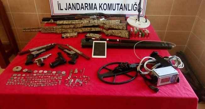 Definecilerin evinden tarihi eserler ve silahlar çıktı