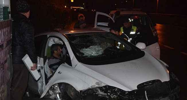Kontrolden çıkan otomobil reklam tabelasına çarptı: 2 yaralı