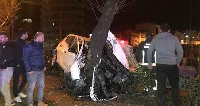 Alkollü sürücü direksiyon hakimiyetini kaybedince ağaca saplandı