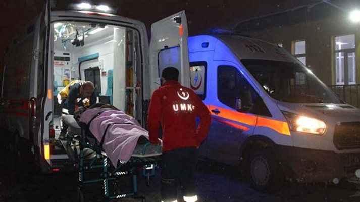 Kaçak göçmenleri taşıyan minibüs devrildi: 33 yaralı