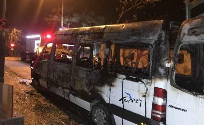 Turist taşıyan minibüs alev alev yandı