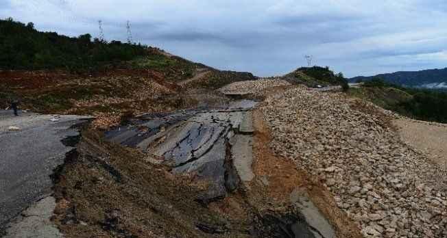 Antalya-Kumluca Yolunda heyelan devam ediyor