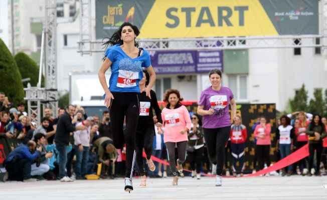 Antalya'da kadınlar topuklu ayakkabıyla koştu