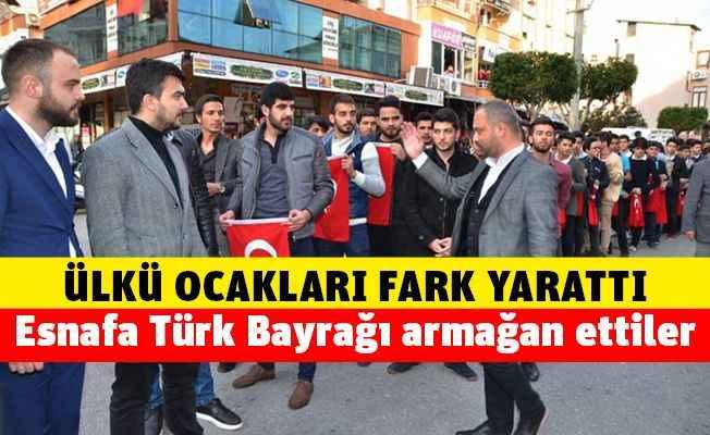 Gündoğdu ve ekibinden esnafa Türk Bayrağı