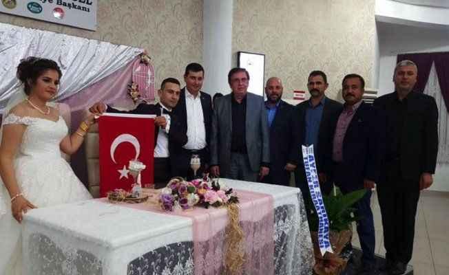 Türkdoğan evlenen çiftlere Kuran ve bayrak hediye etti