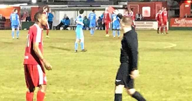 Futbolcunun adını soran hakem, cevabı duyunca kırmızı kartını çıkardı