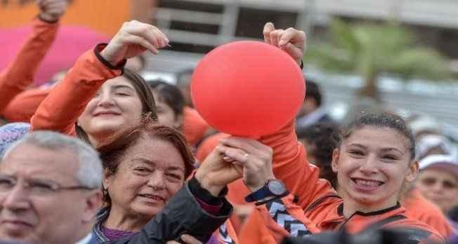 Antalya'da kadına yönelik şiddete mor iğne