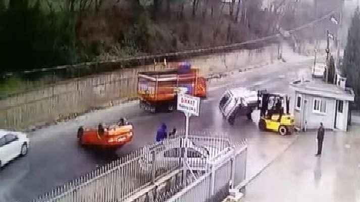 Patron çıldırdı! Araçları forkliftle yola böyle fırlattı…