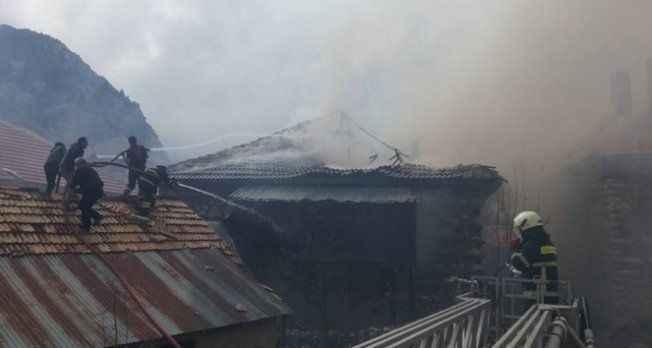 Ateşle kontrol edilirken patlayan tüp evi kül etti