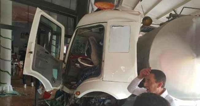 Süt yüklü TIR önce iki otomobili ezdi ardından kafeye daldı, 8 yaralı
