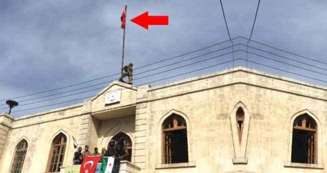 Afrin kent merkezindeki hükümet binasına Türk bayrağı dikildi