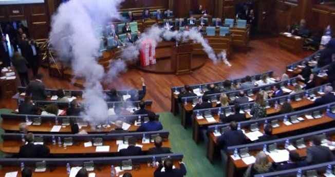 Meclise gaz bombası atıldı, milletvekilleri salonu maskeyle terk etti